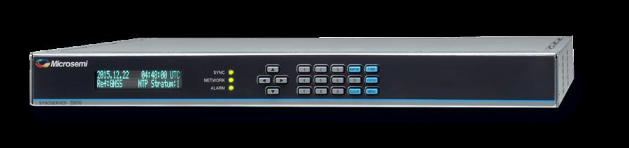 Serwery czasu firmy Microsemi. Czarny panel z przodu, z przyciskami oznaczonymi strzałkami i cyframi, i ekranem.