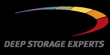 Alstor SDS logo czarny napis SPECTRA z szarym napisem Deep Storage Experts. Element graficzny to podzielona elipsa na kolory fioletowy, niebieski, zielony, żółty, pomarańczowy i czerwony